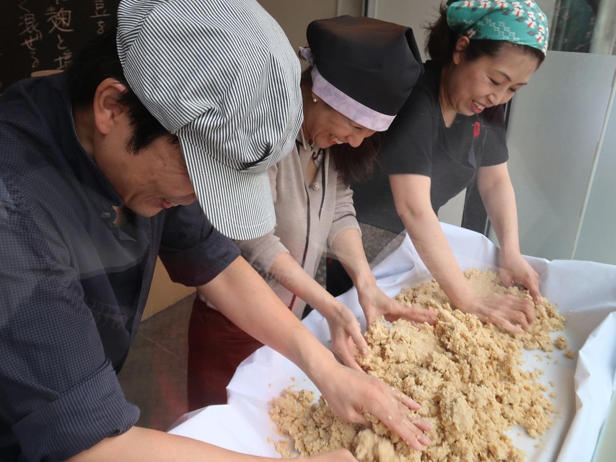 大豆と塩と麹をかき混ぜる