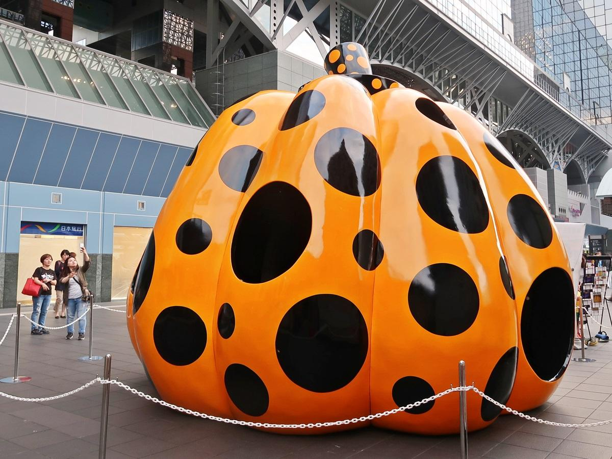 京都駅で展示が始まった草間彌生さんの「南瓜」