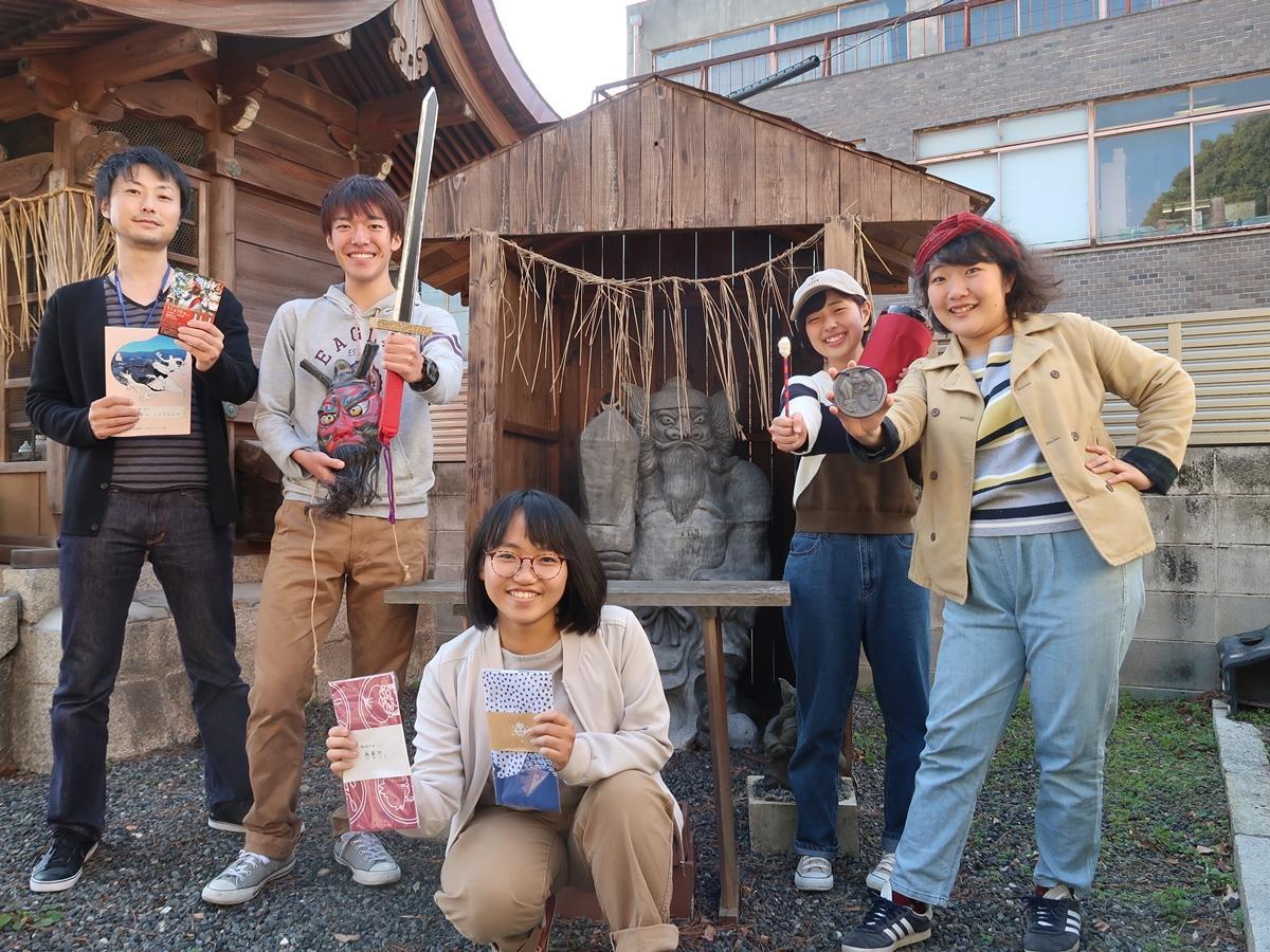 非常勤講師の岡本正人さん(左)とプロジェクトメンバー