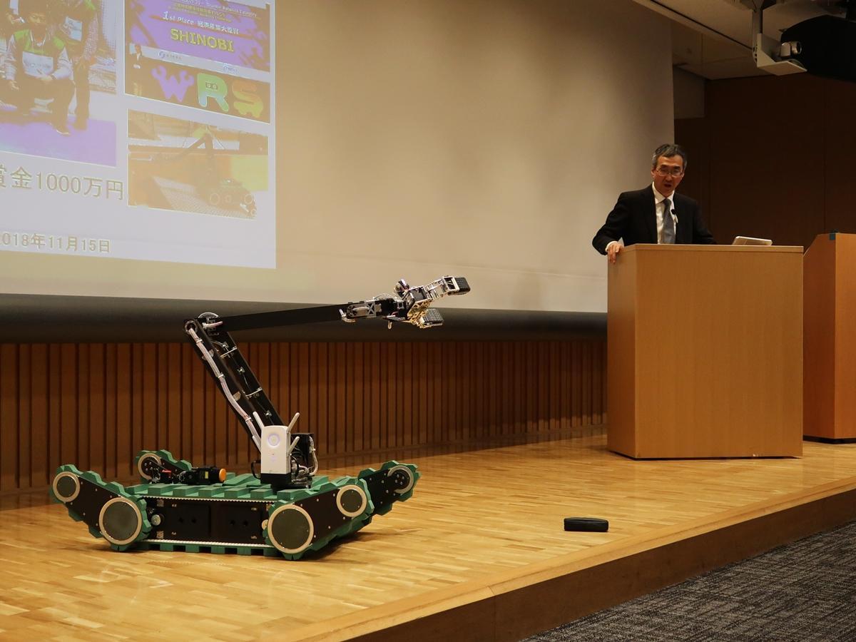デモンストレーションを行う救助ロボット