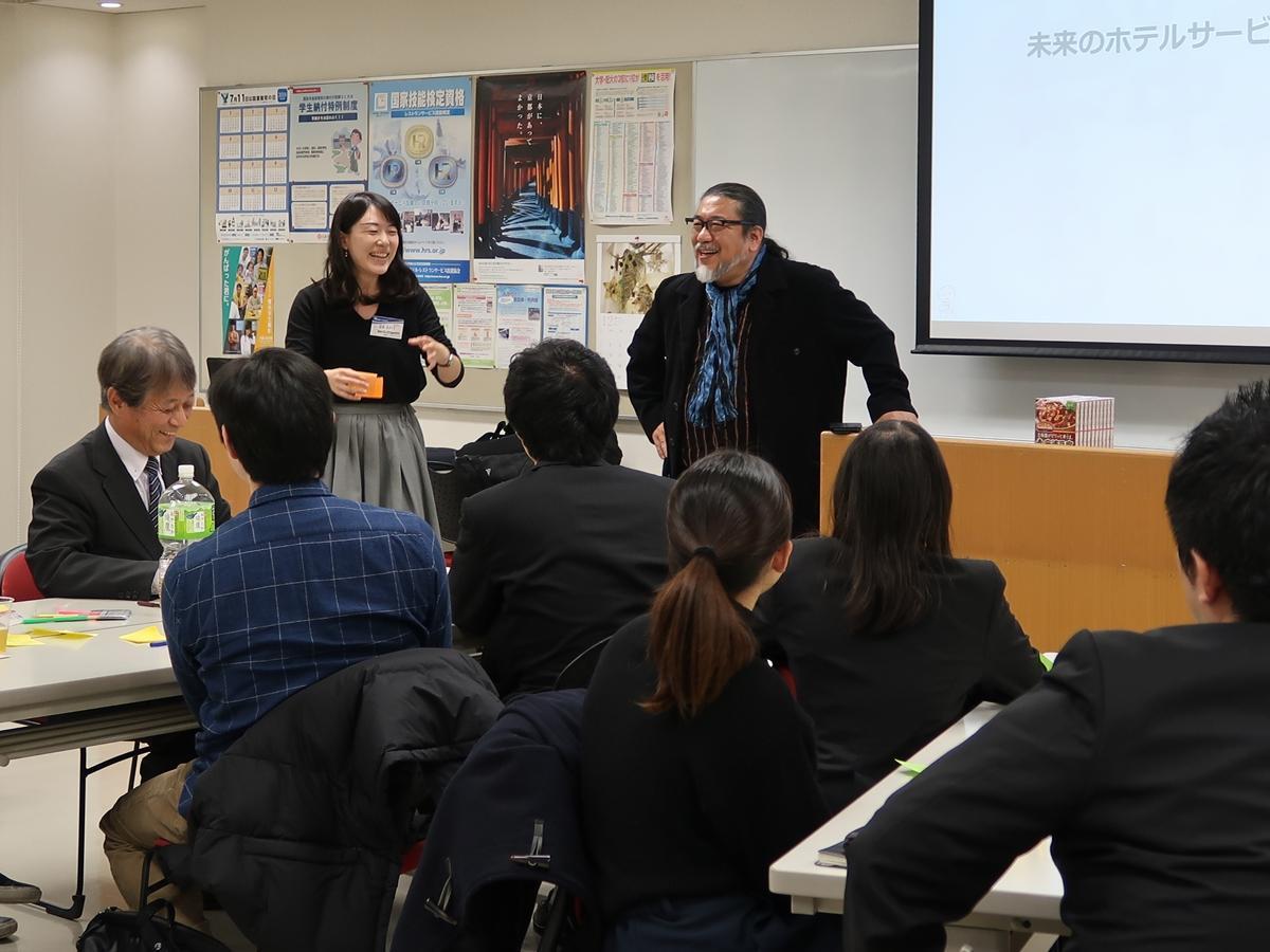 参加者が発表したアイデアに突っ込みを入れる越前屋俵太さん