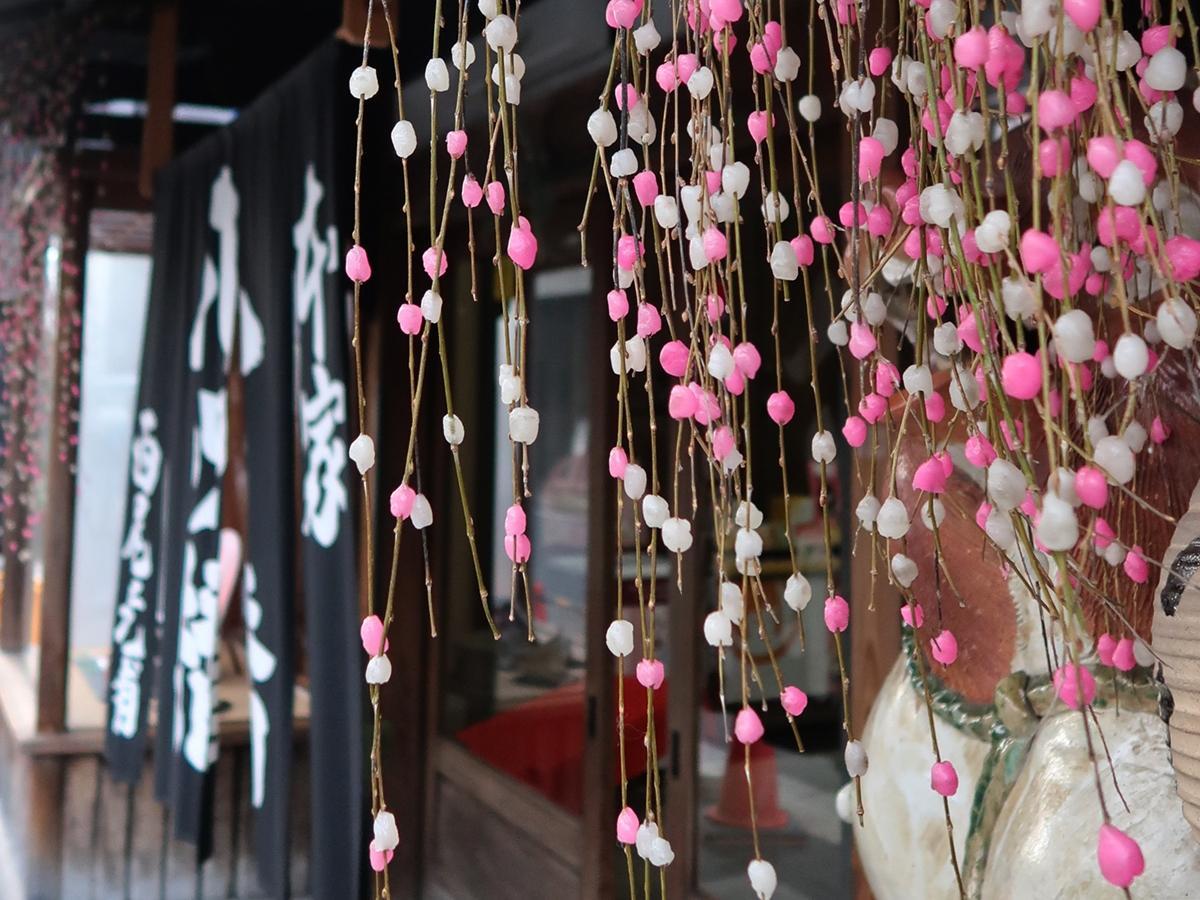 店頭に飾られた餅花