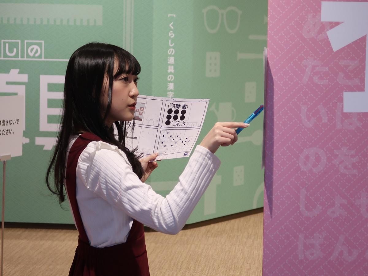 謎に挑戦する声優の森嶋優花さん