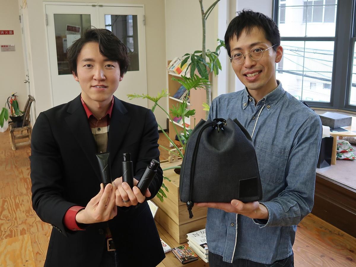 「SHUN」を手にする村山俊輔さんと「SHINGEN」を持つ宮本和友さん