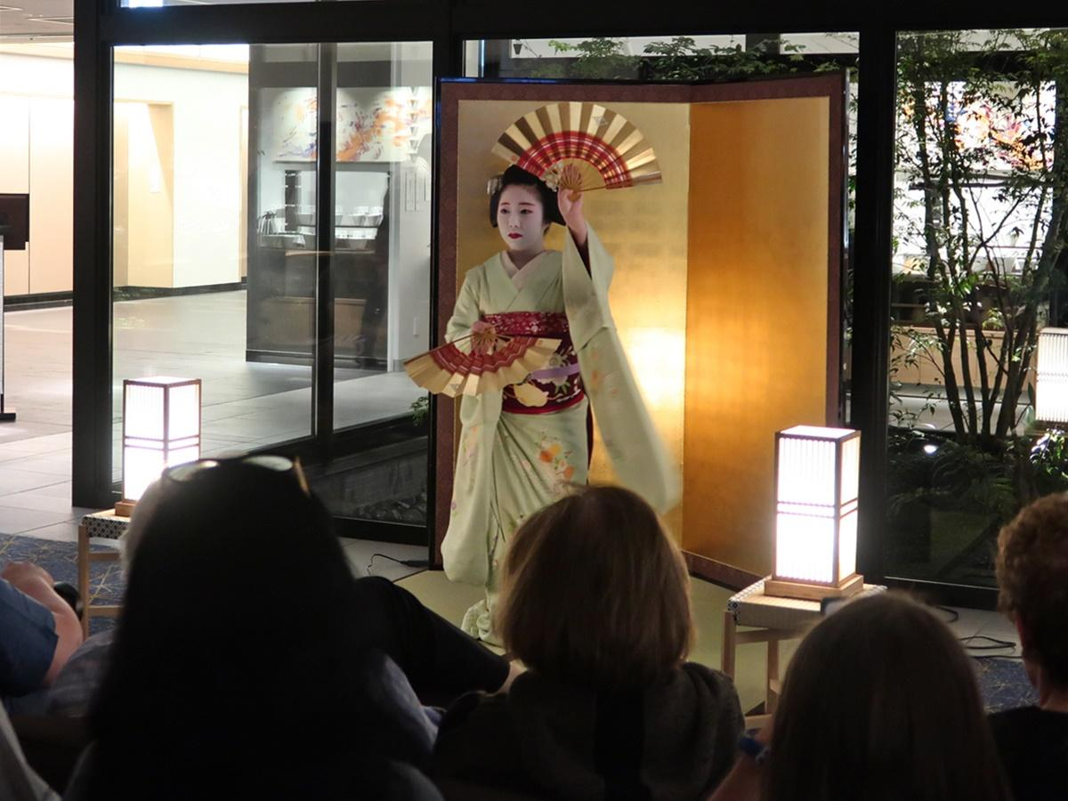 舞を披露する祇園東の佳つ花さん