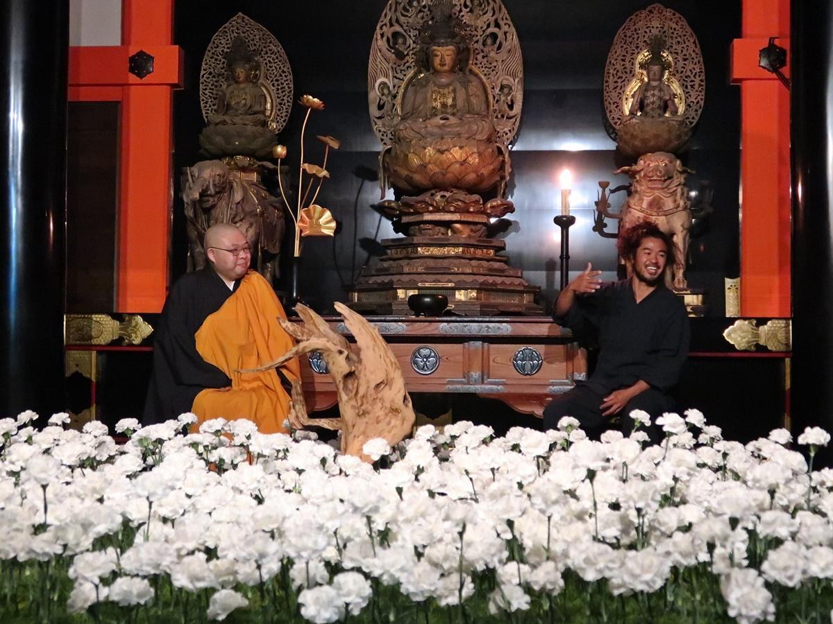 (左から)清水寺の執事補の森清顕さん、プラントハンターの西畠清順さん