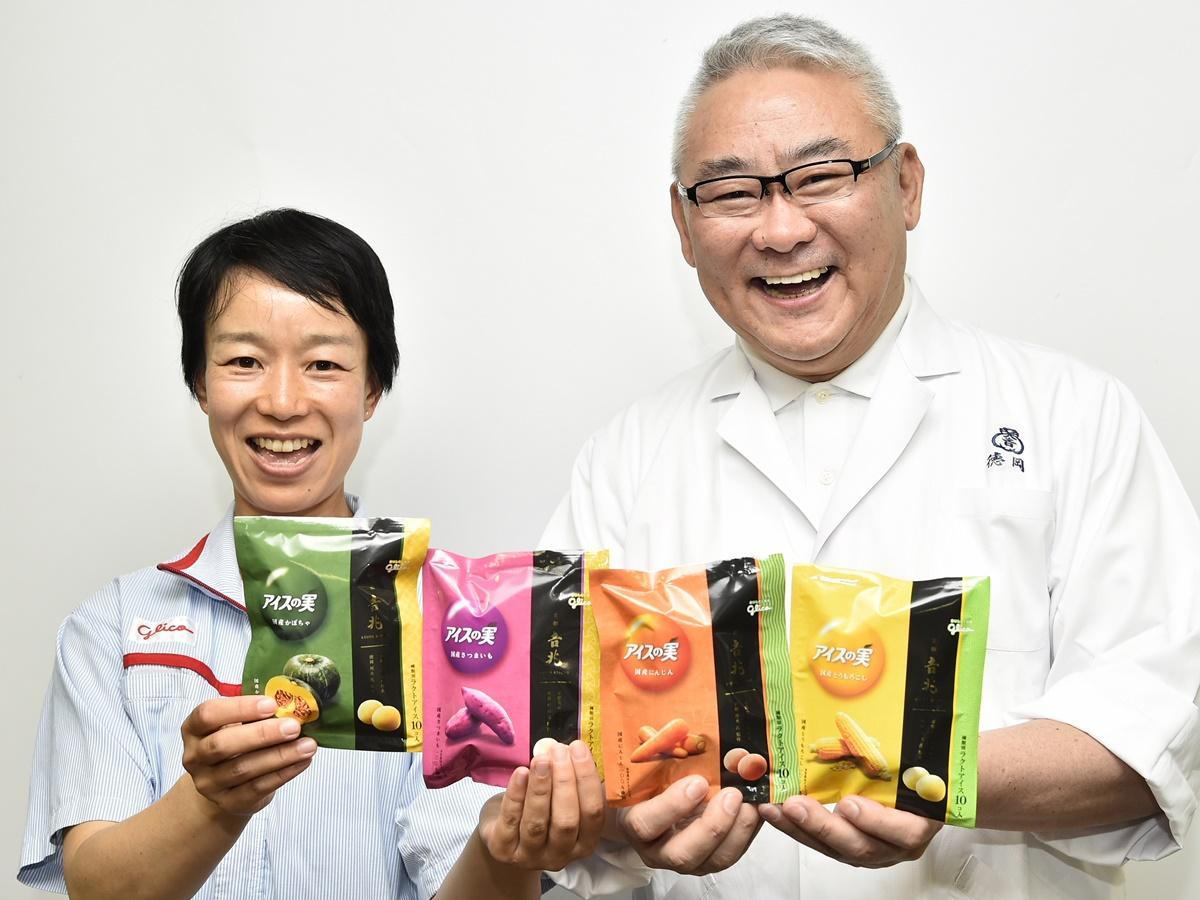商品を持つ徳岡さんと本田さん