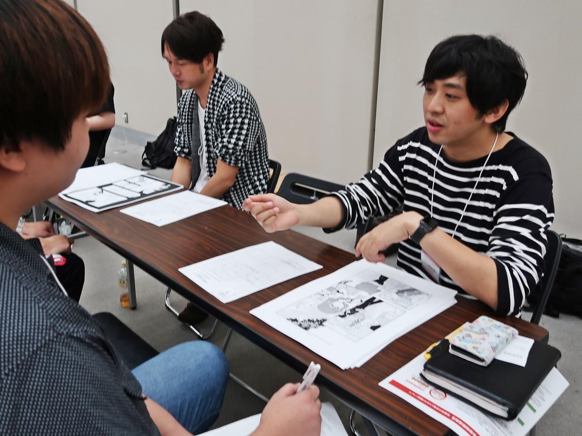 少年サンデーの編集担当者からアドバイスを受ける日高葵晴さん