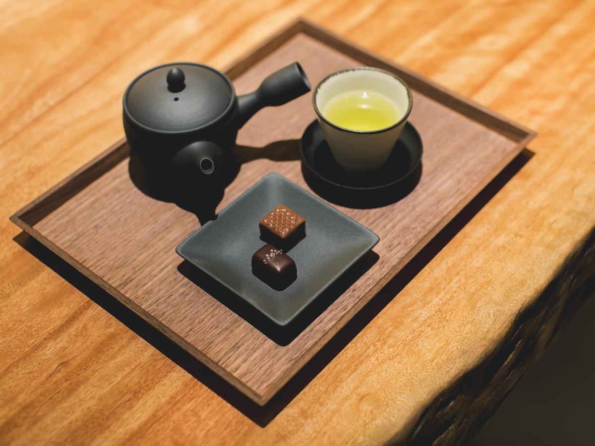 店内で日本茶とチョコレートを楽しめる