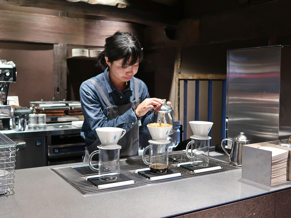 1杯ずつドリップしたコーヒーを提供する