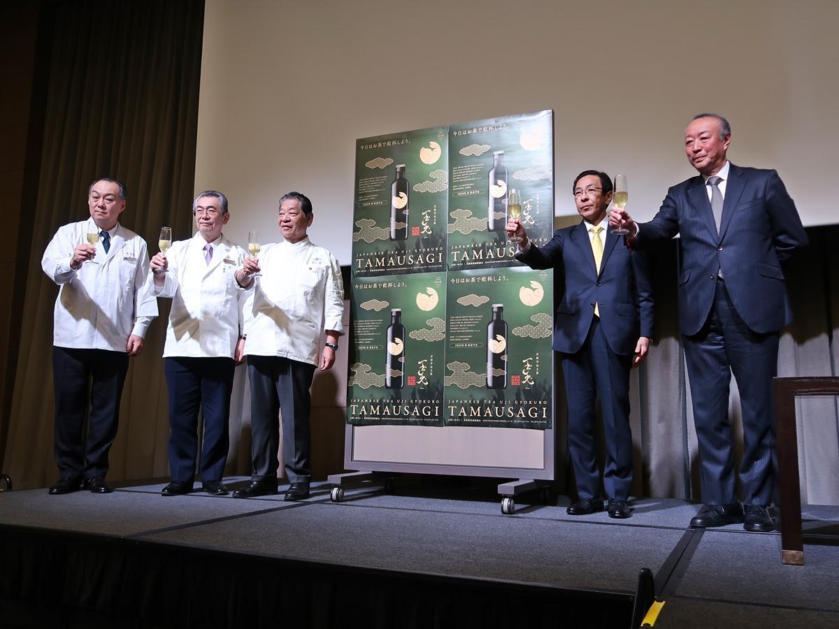 「玉兎」を味わう西脇京都府知事と日本料理アカデミーの村田吉弘さん(左から3人目と4人目)