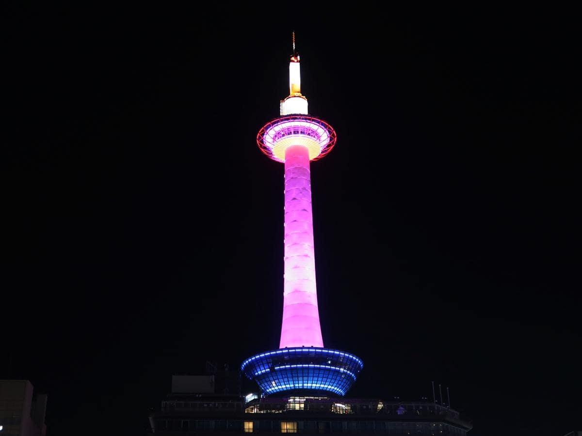ピンク色にライトアップされた京都タワー