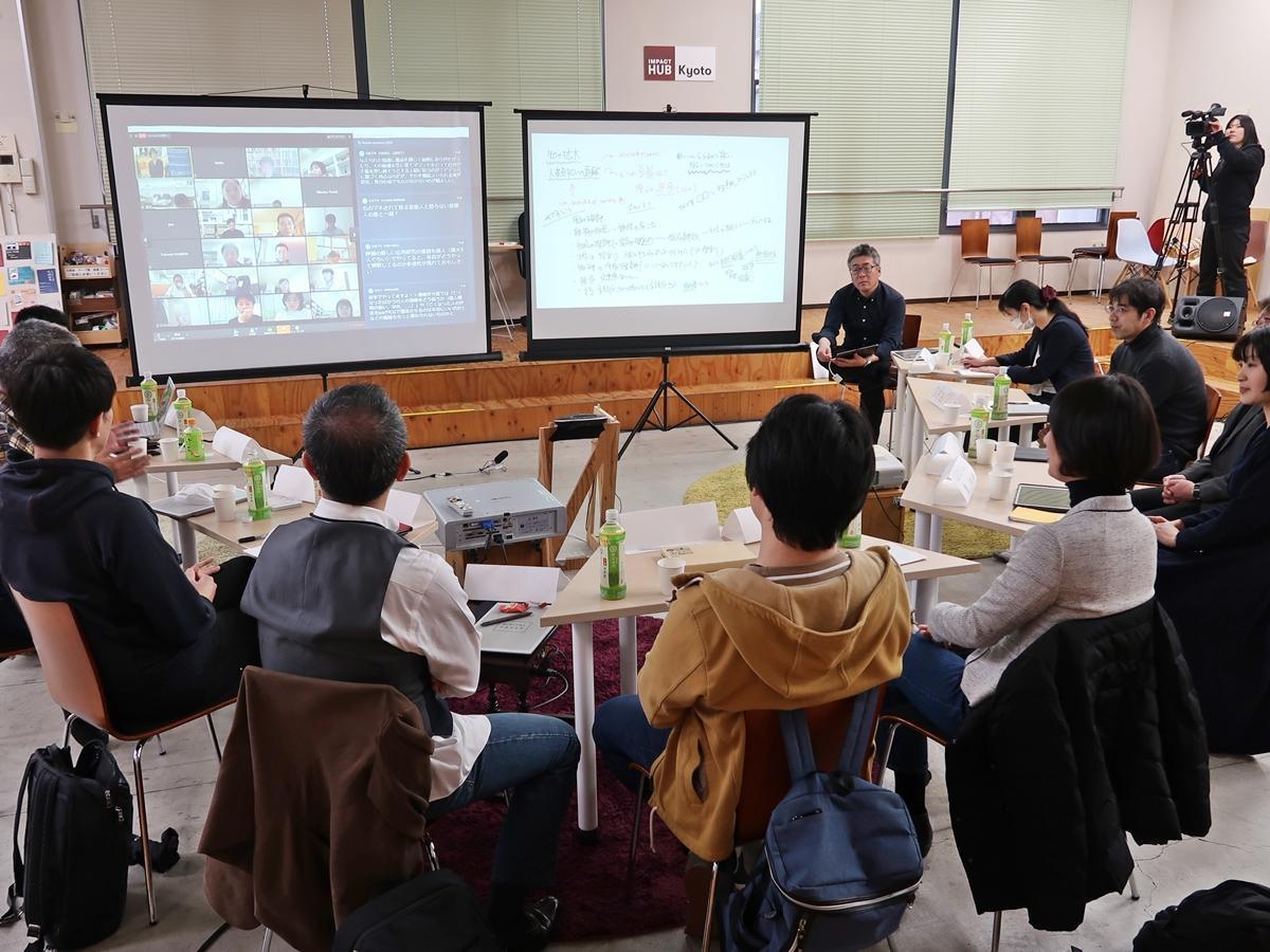 スクリーンにはテレビ会議で参加した人の意見も投影された