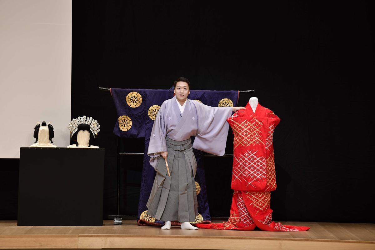 自身の衣装を紹介する中村米吉さん (C)松竹