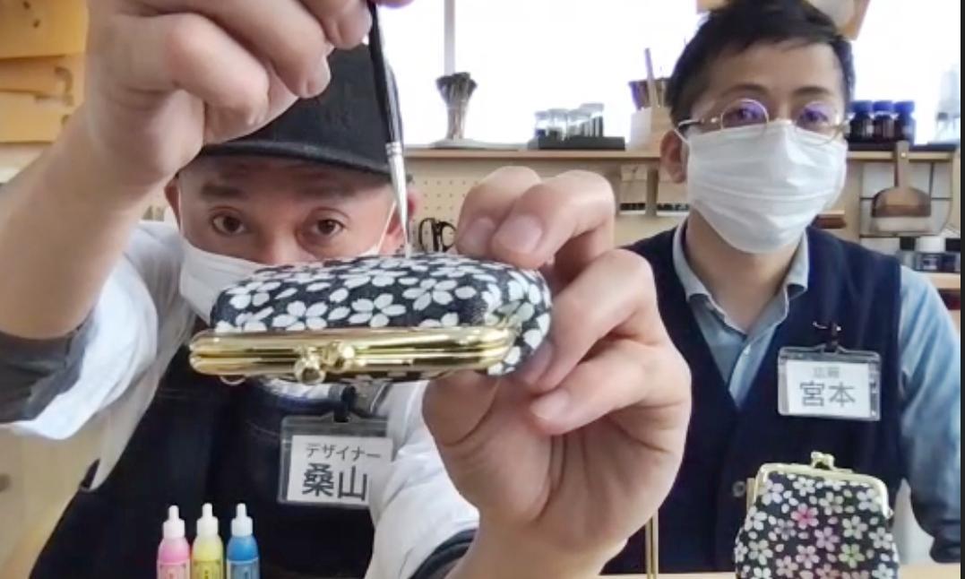 筆の使い方を説明する京都デニムの桑山さん