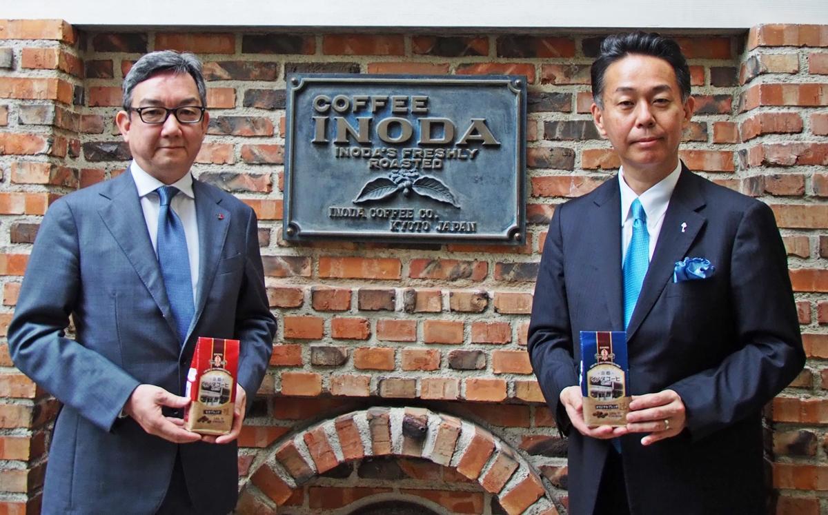 (左から)新ブランドの商品を手にするイノダコーヒの前田利宜社長、キーコーヒーの柴田裕社長