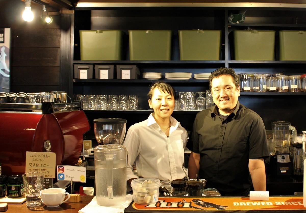 店主でコーヒーマイスターの吉田博之さんご夫婦