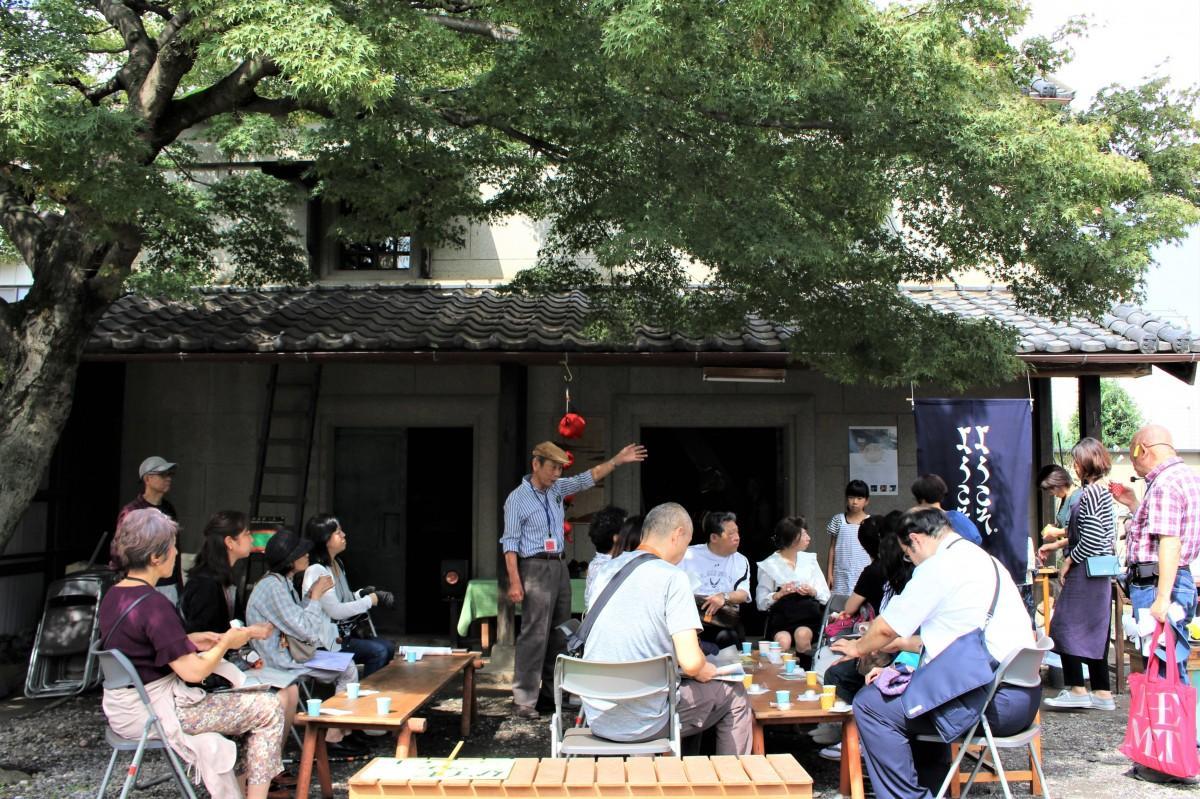 まち歩きの途中で一休み。八百喜参ノ蔵(やおきさんのくら)で菊茶と和菓子を