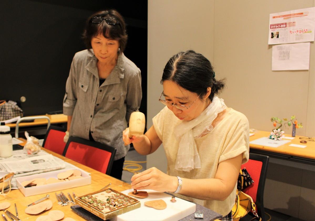 体験講習「革工芸」の様子