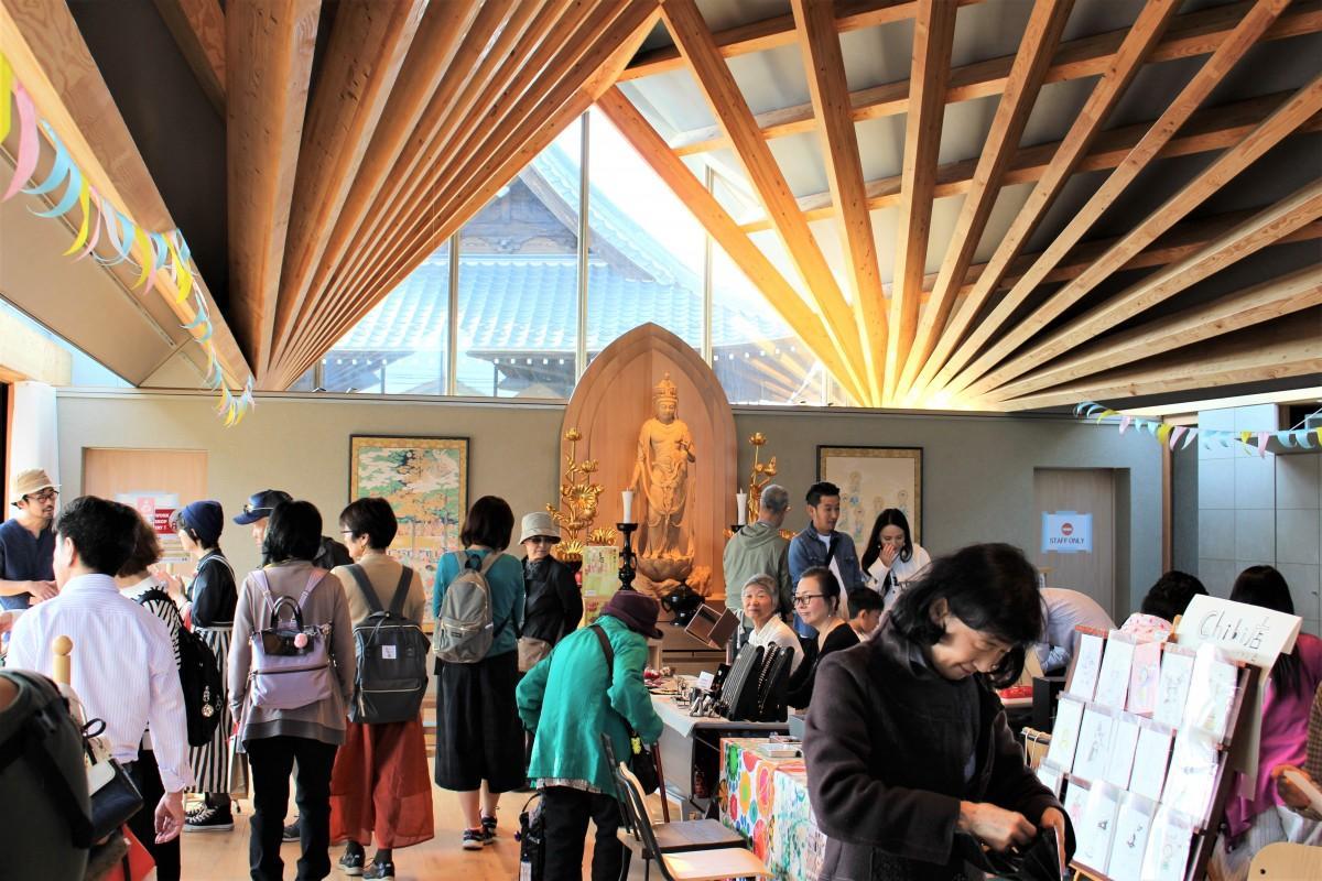 一木造で手彫りの十一面観音菩薩を中心に並ぶ出店