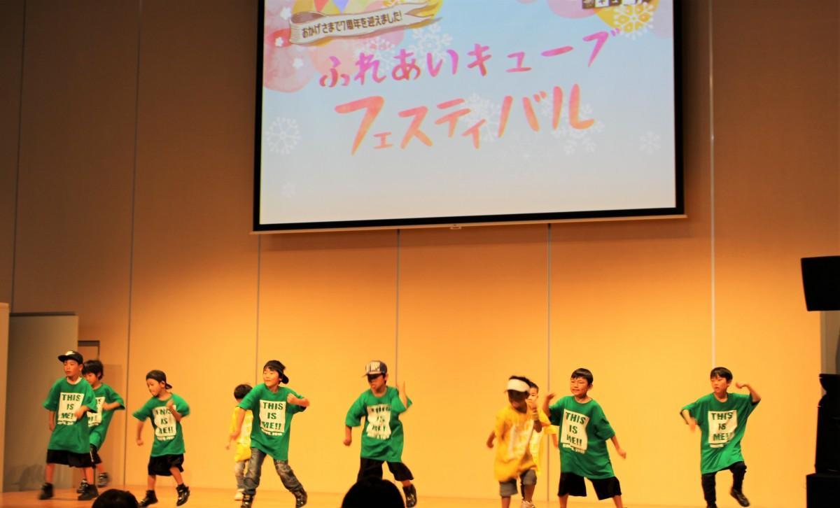 ステージで踊るキッズダンスチーム「DROPS.」