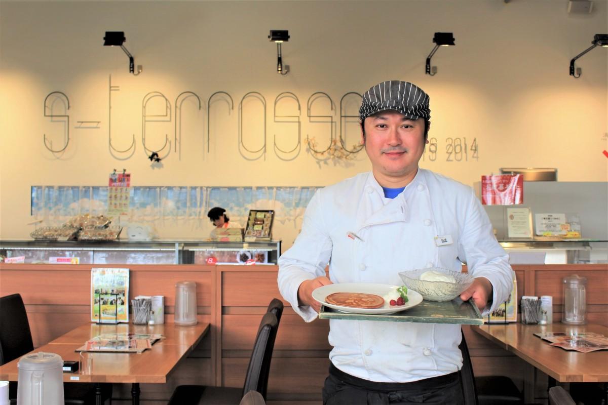 春日部産赤米のパンケーキを持つシェフの松浦輝幸さん