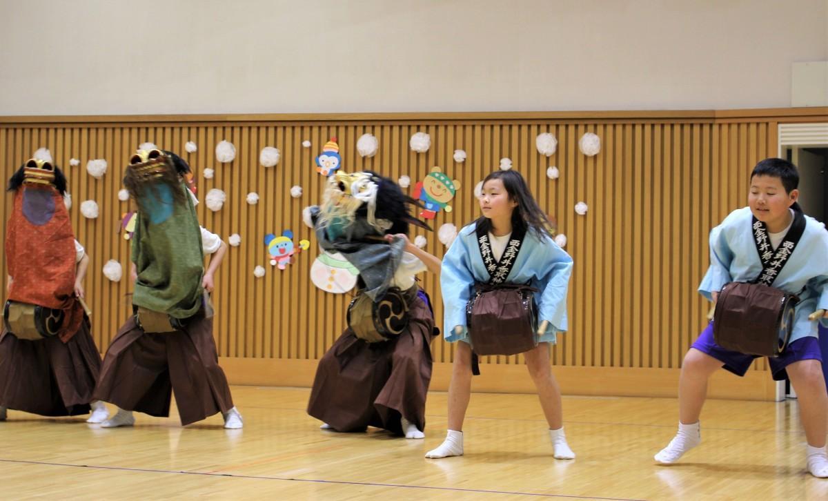 南桜井小学校伝統芸能クラブが披露する「芝舞」