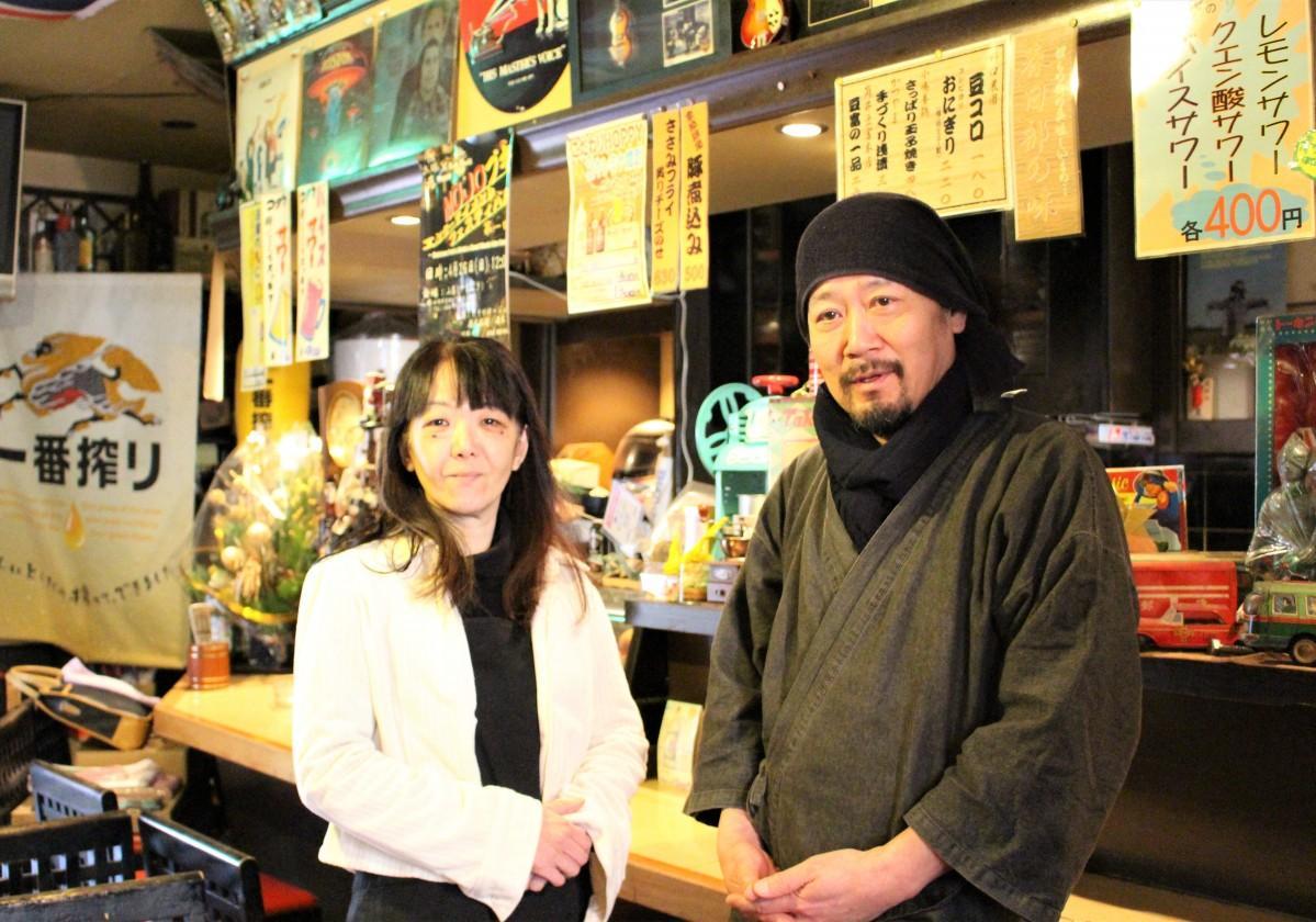 店主の松永功さん(右)と従業員の矢島美和子さん(左)