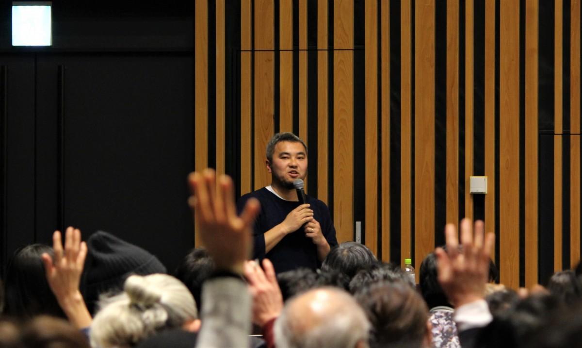 質問者の「一緒にまちづくりしたい人」の問いかけで挙手する参加者と、青木純さん