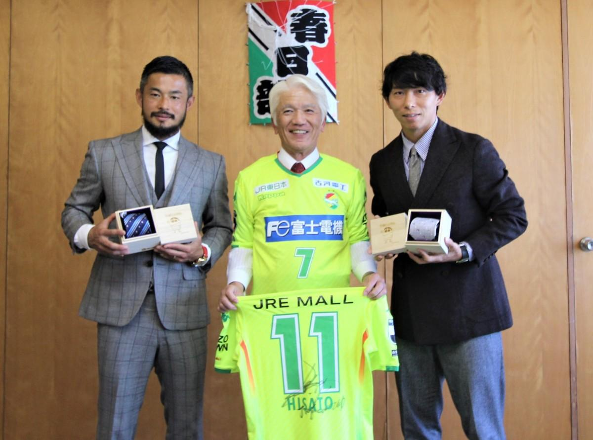 石川良三市長(中央)と(左から)「かすかべ親善大使」の佐藤勇人選手・寿人選手