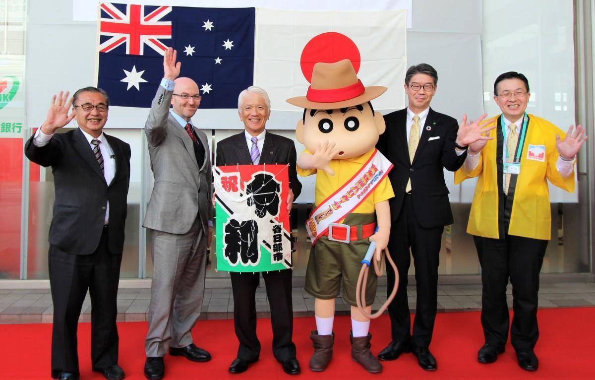 イベントでの記念撮影の様子。クイーンズランド州政府観光局 日本局長 ポール・サマーズさん(左から2番目)ら