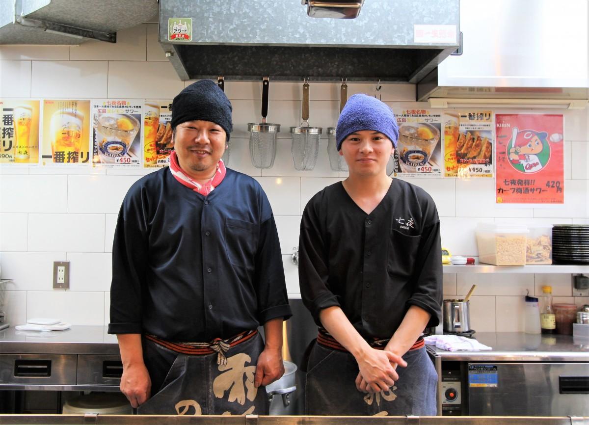 (左から)店主の浦尾康平さんと長男の泰平さん