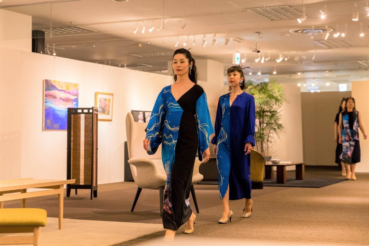公募モデルがレッスンを受け、家具と絵画が展示されたランウエーを歩いた(写真=梶直輝)