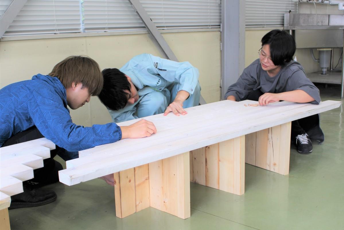 全部で19脚を設置するベンチ