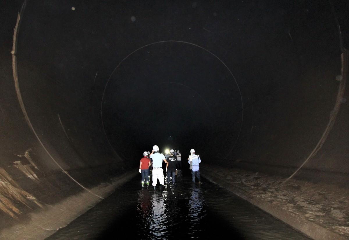 地下70メートルにある、直径10メートルのトンネルを歩く