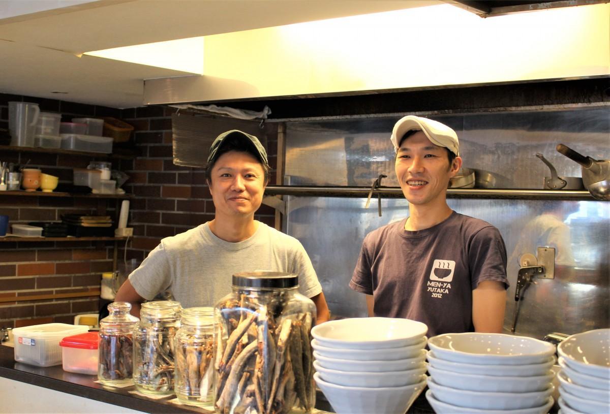 左から、店主の結束豊さん、従業員の岡崎充利さん