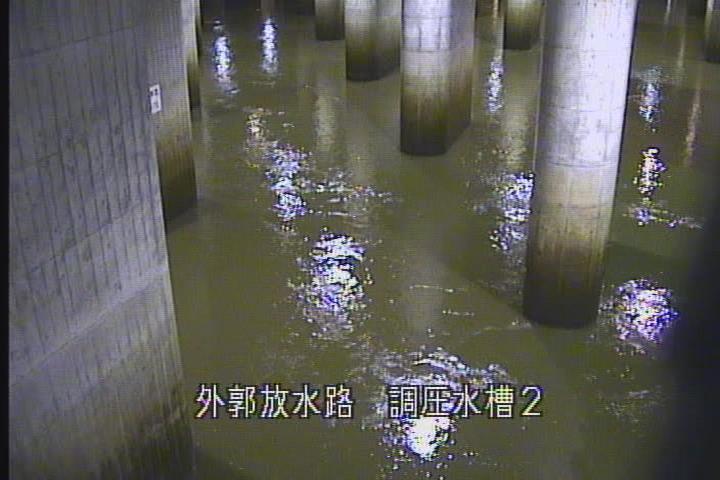 稼働中の調圧水槽(提供=国土交通省 江戸川河川事務所)