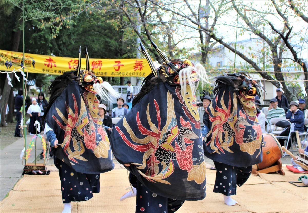 獅子舞を披露する女性舞い手3人