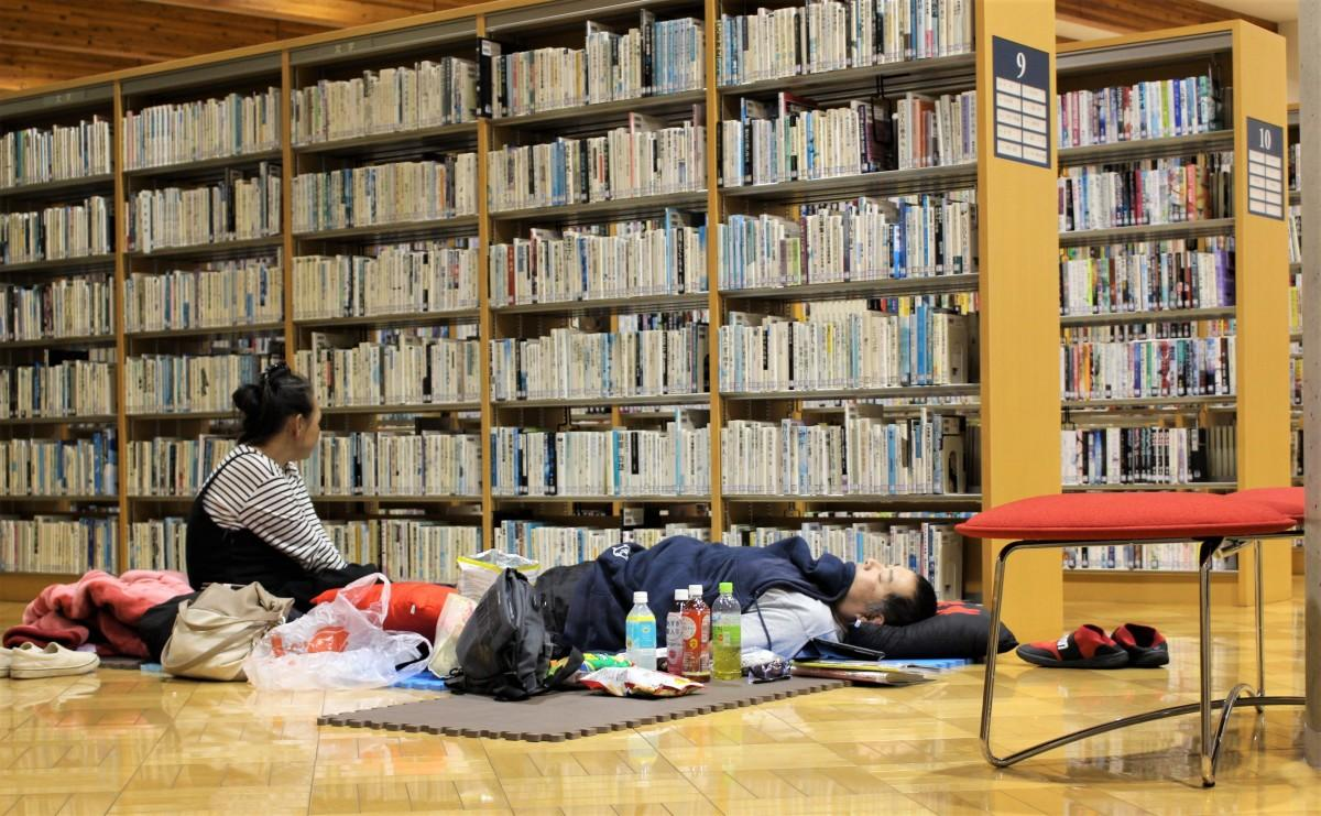 本棚の横でくつろぐ参加者
