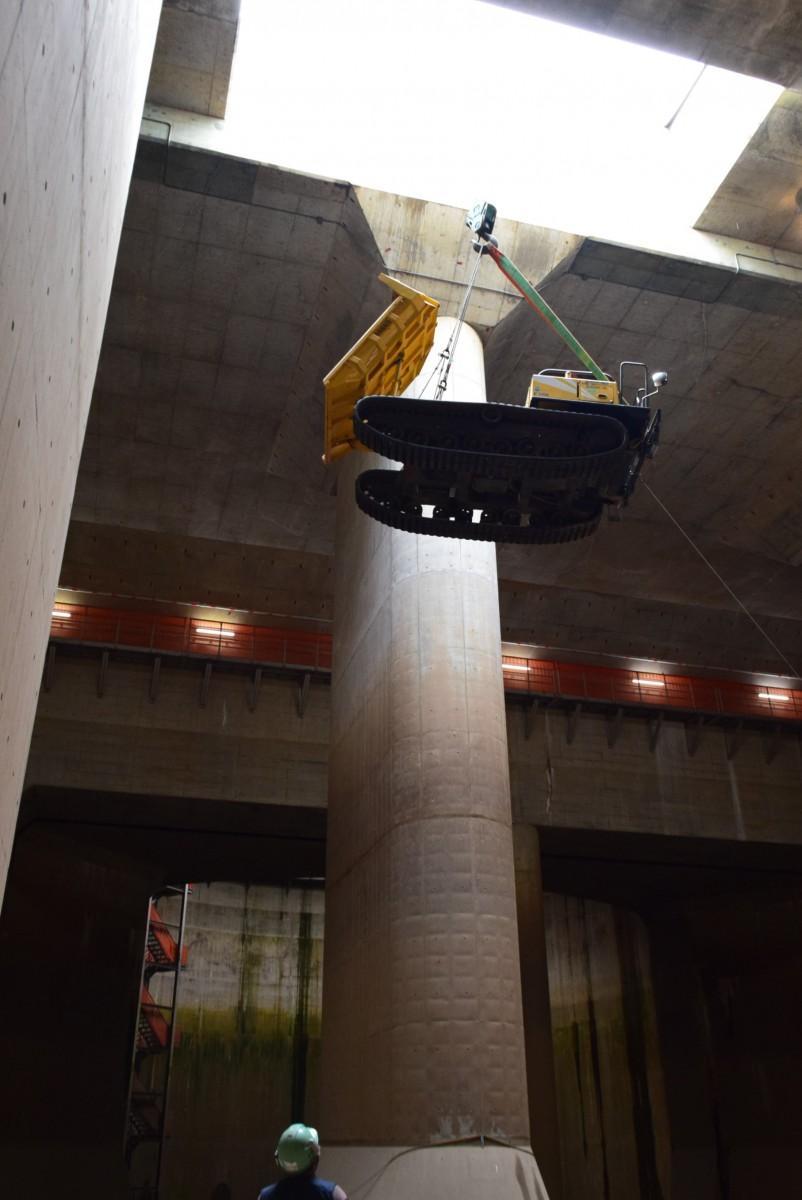 開口部から不整地運搬車を搬入する(提供=国土交通省 江戸川河川事務所)