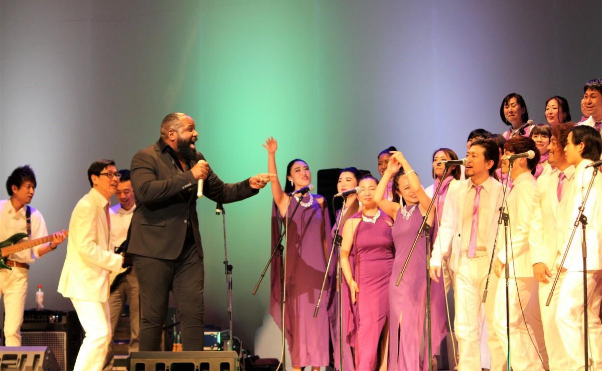 コンサートで歌うリチャード・ハートリーさん
