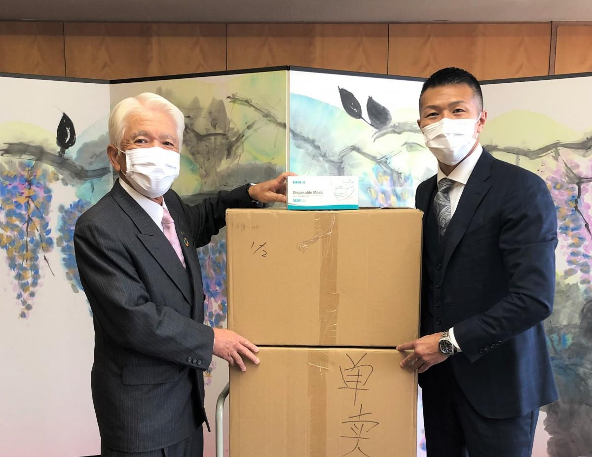 石川良三市長と内山高志さん
