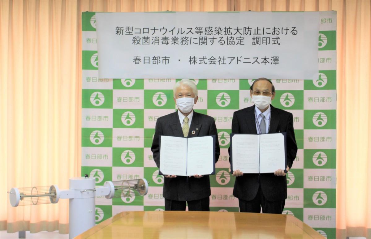 (左から)石川市長と代表取締役の本澤英一さん