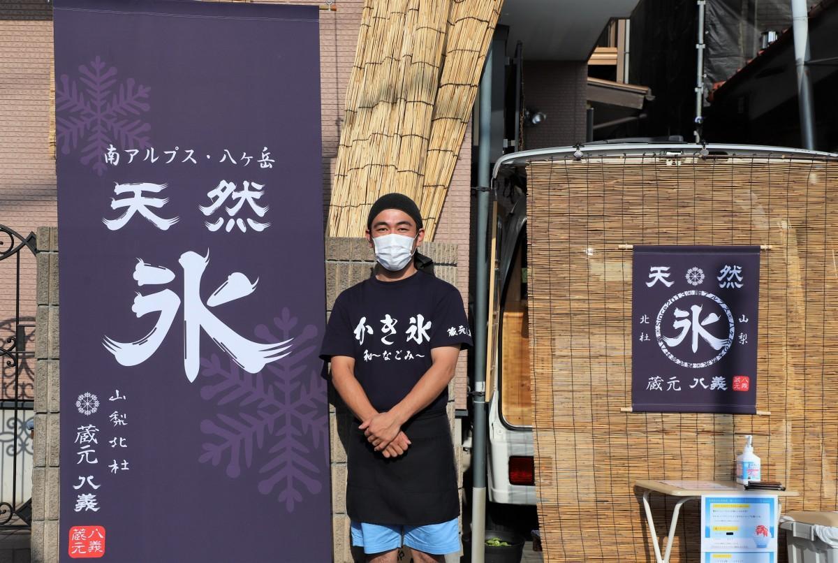 店主の和賀誠さんとキッチンカー