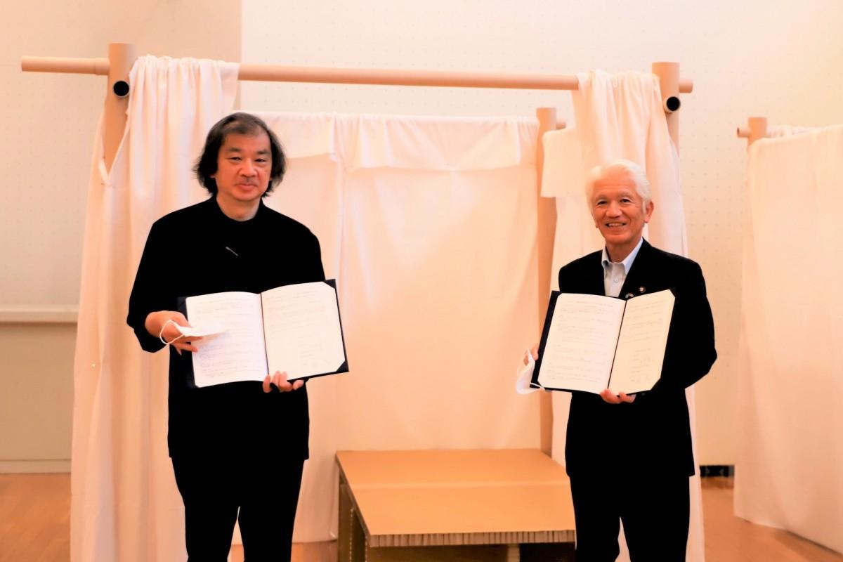 (左から)坂茂さん、石川良三春日部市長