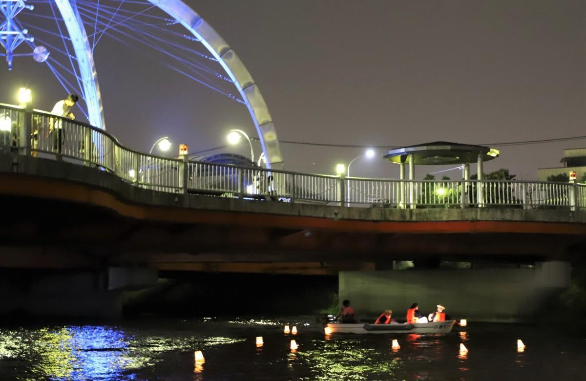 灯篭が川面に浮かぶ
