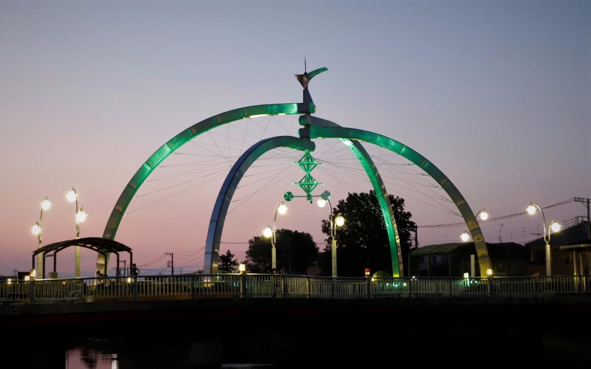 グリーンにライトアップされた古利根公園橋