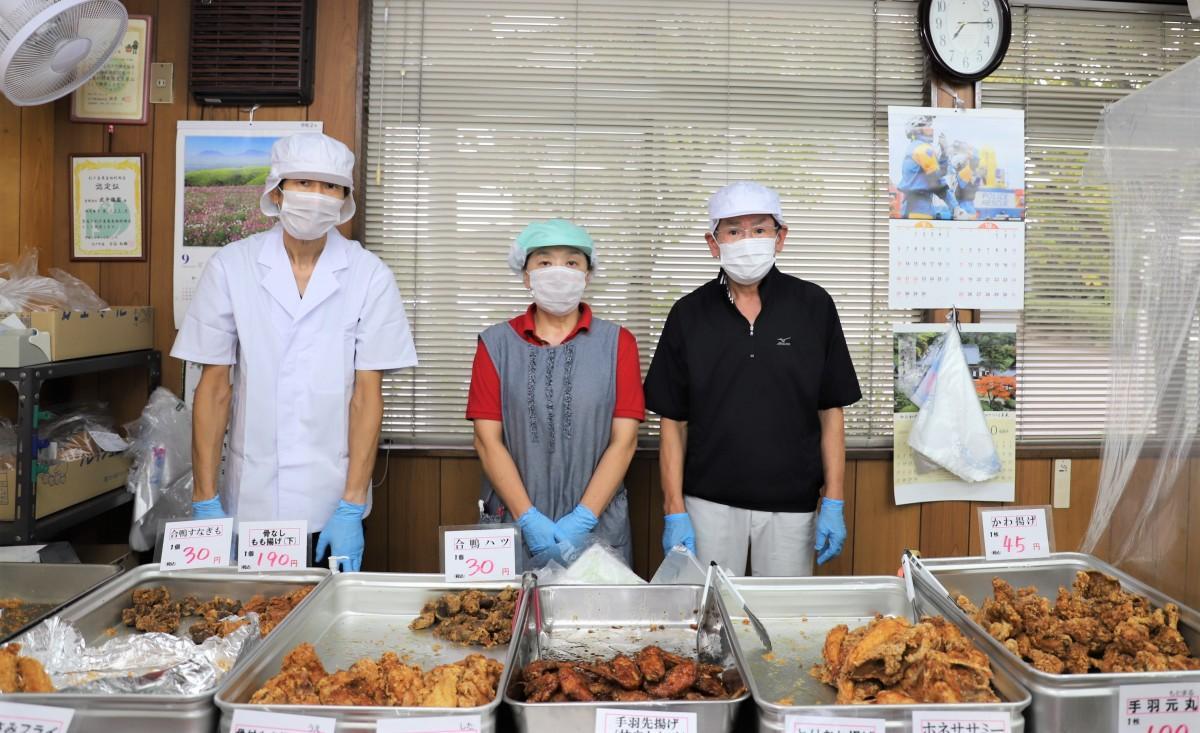 (左から)工場長、武井幸子さん、社長の浩昌さん。