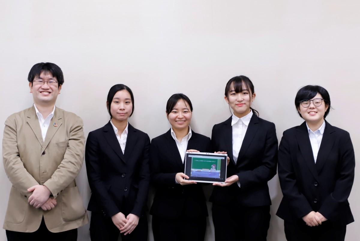 (左から)伊藤准教授と学生ら