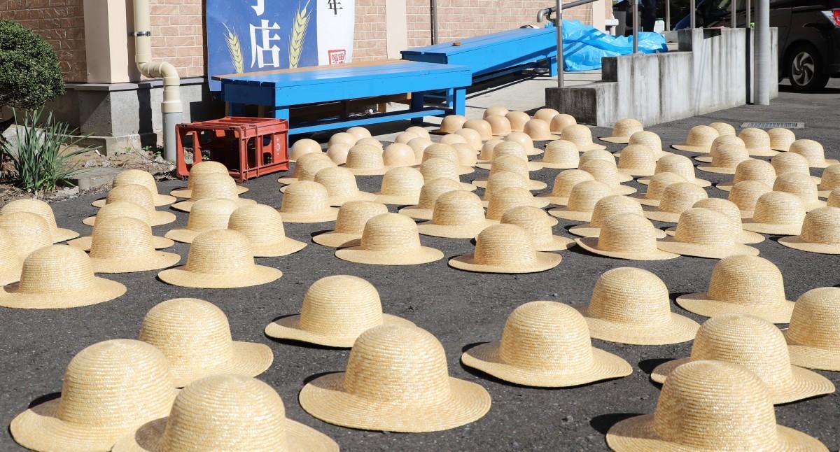 ずらりと並ぶ麦わら帽子